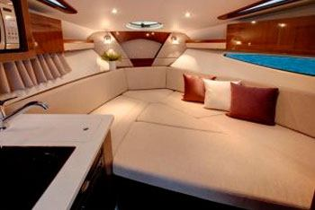 Уютная каюта катера Vista с большим вместительным лежаком
